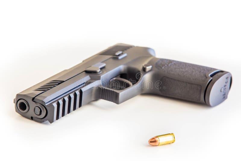 O fundo branco do revólver moderno isolou-se perto acima foto de stock royalty free