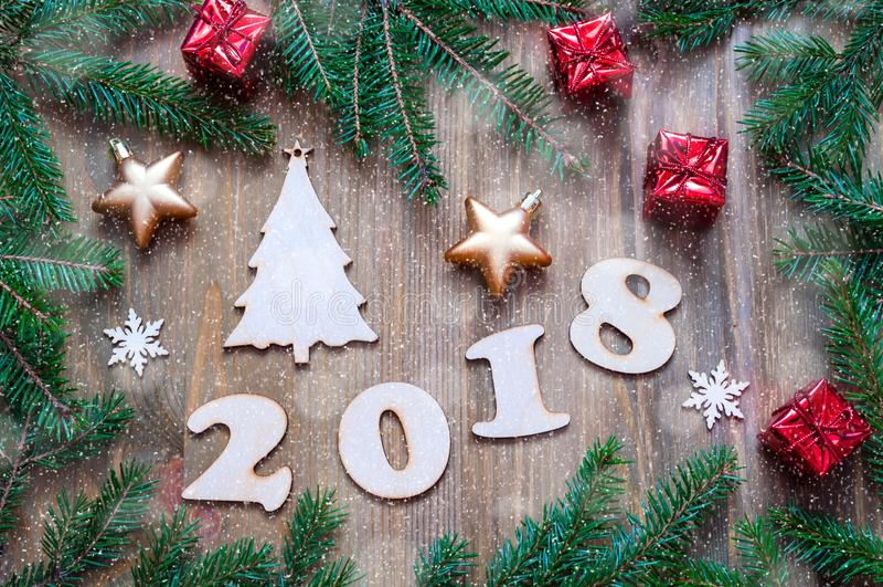 O fundo 2018 com 2018 figuras, Natal do ano novo feliz brinca, ramos de árvore azuis do abeto Cartão do ano novo 2018 imagens de stock