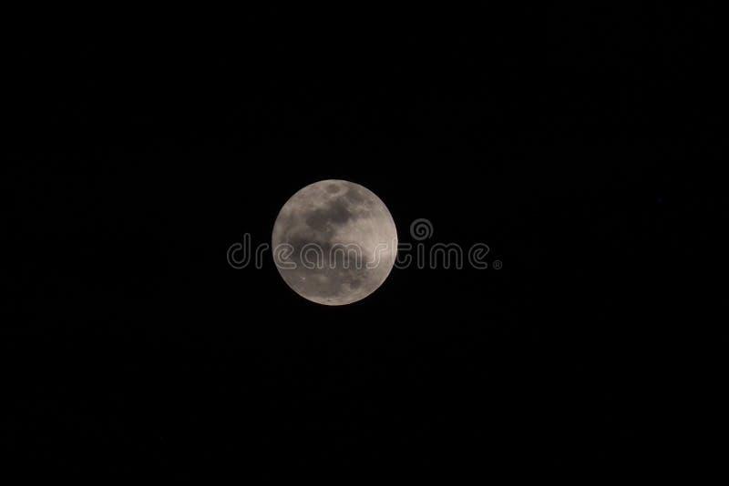 O fundo com a lua no céu escuro na noite fotografia de stock