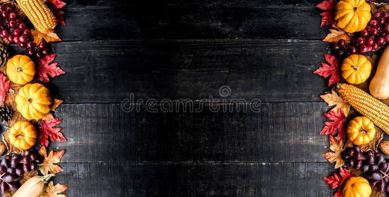 O fundo da ação de graças com frutas e legumes na madeira no outono e a queda colhem a estação imagem de stock