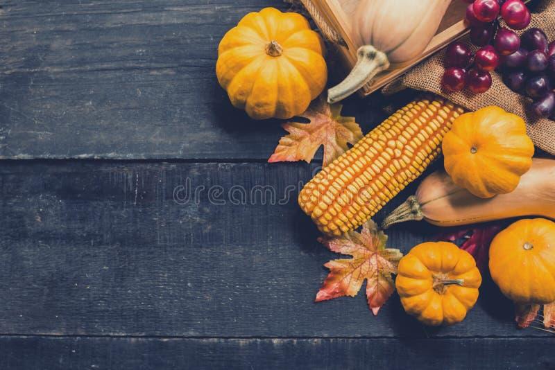 O fundo da a??o de gra?as com frutas e legumes na madeira no outono e a queda colhem a esta??o foto de stock