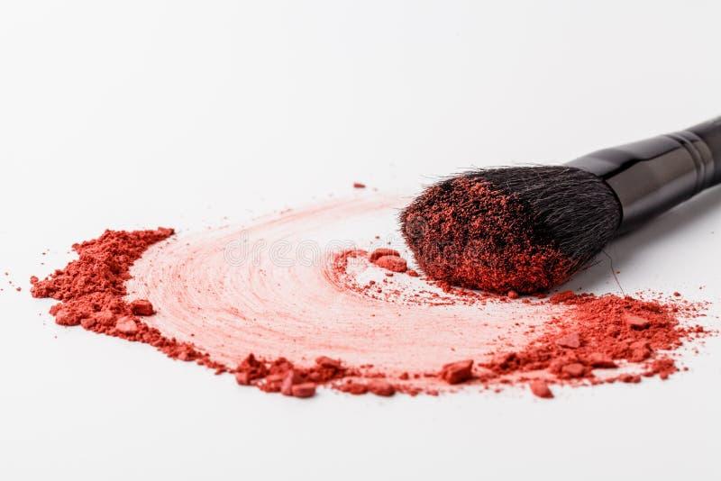 O fundo da escova da composi??o com vermelho cora polvilhado no branco Comp?e e fundo f?mea dos cosm?ticos imagens de stock