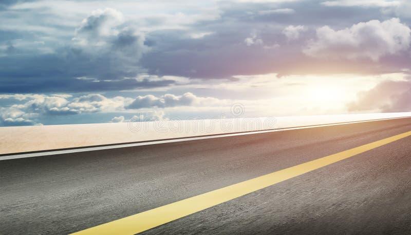 O fundo da estrada e do céu imagem de stock royalty free