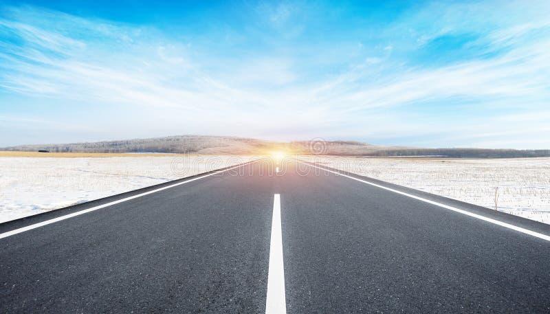 O fundo da estrada e do céu imagem de stock