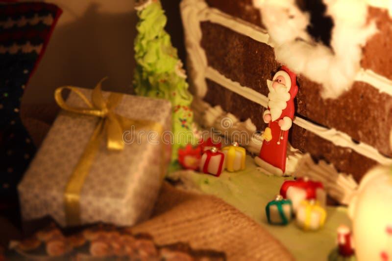 O fundo da iluminação da luz do festival do Natal com as bonecas decoradas do presente encaixota a árvore e a Santa Claus de Nata fotografia de stock royalty free