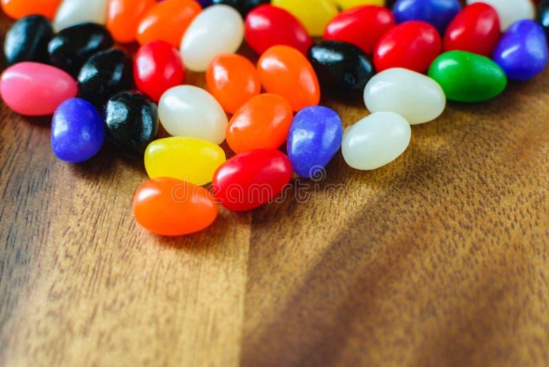 O fundo da Páscoa inclui Jelly Beans Candy no fundo de madeira imagem de stock