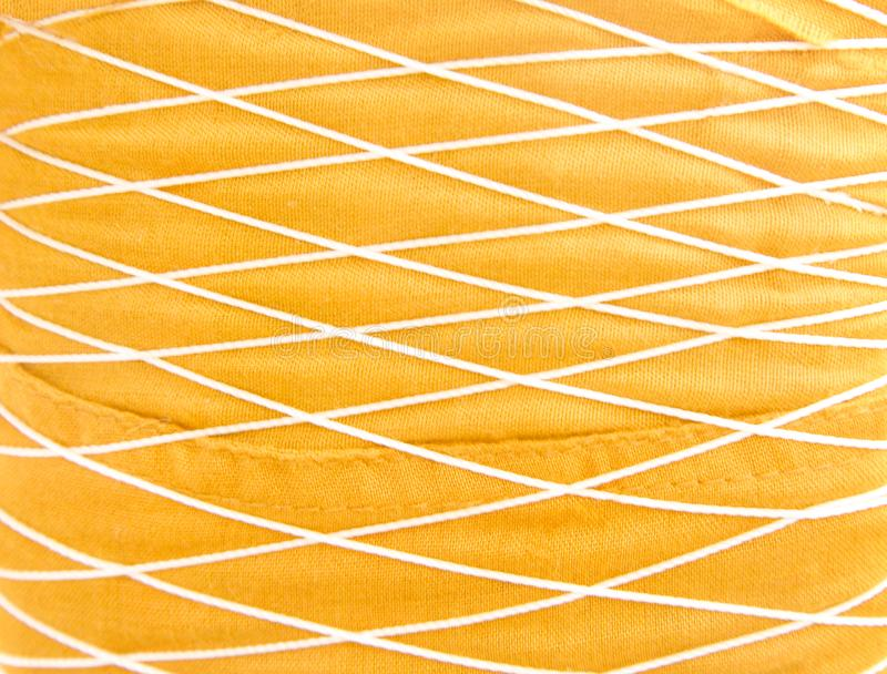 O fundo da tela do ouro com entrelaça-se da textura dos testes padrões da linha imagens de stock