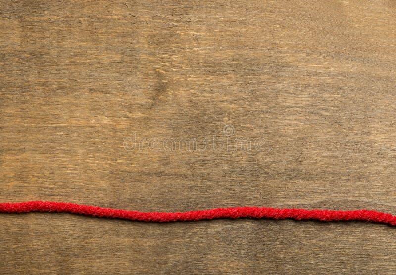 O fundo de madeira envelhecido separou pela listra vermelha imagem de stock royalty free