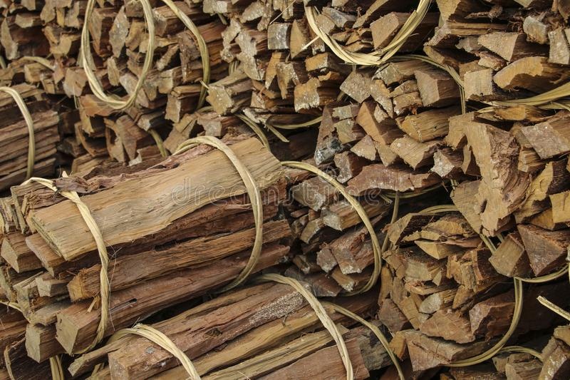 O fundo de madeira natural, lenha é associado nos pacotes foto de stock