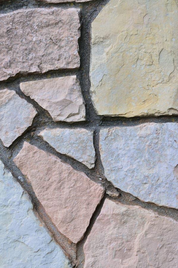O fundo de pedra da cerca, vertical obstrói o close up, laje sedimentar dura decorativa da ardósia do carbonato de cálcio da dolo imagem de stock