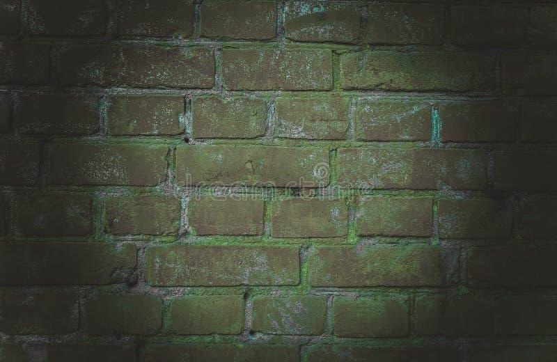 O fundo de uma sala vazia com paredes de tijolo e as telhas de assoalho concretas Luz de néon, projetor foto de stock royalty free