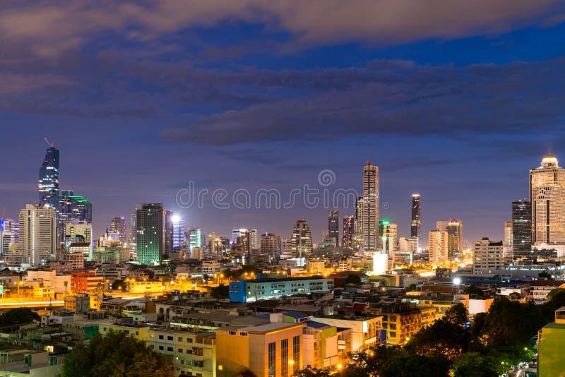 o fundo do céu azul da noite de Banguecoque da arquitetura da cidade, Banguecoque é cidade de imagem de stock royalty free
