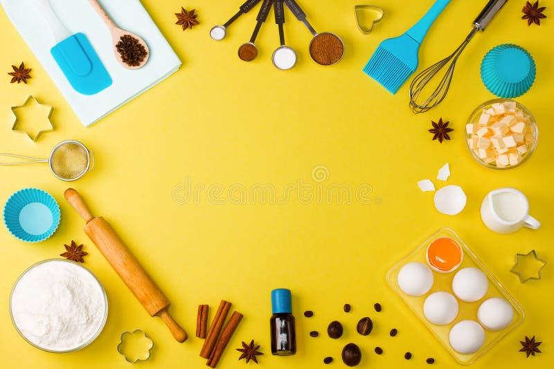 O fundo do cozimento eggs ferramentas da cozinha das especiarias do leite da farinha fotografia de stock royalty free