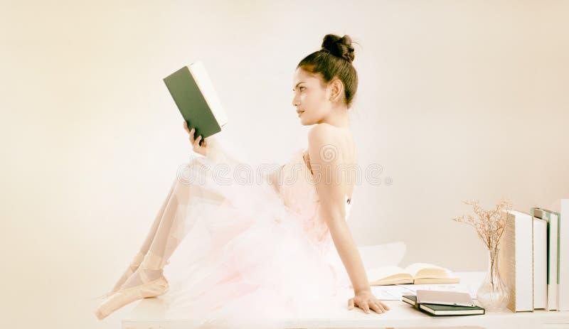 O fundo do design de arte abstrato da senhora de beleza está vestindo vestido de balé e sapatos de balé, lendo livro. imagem de stock royalty free