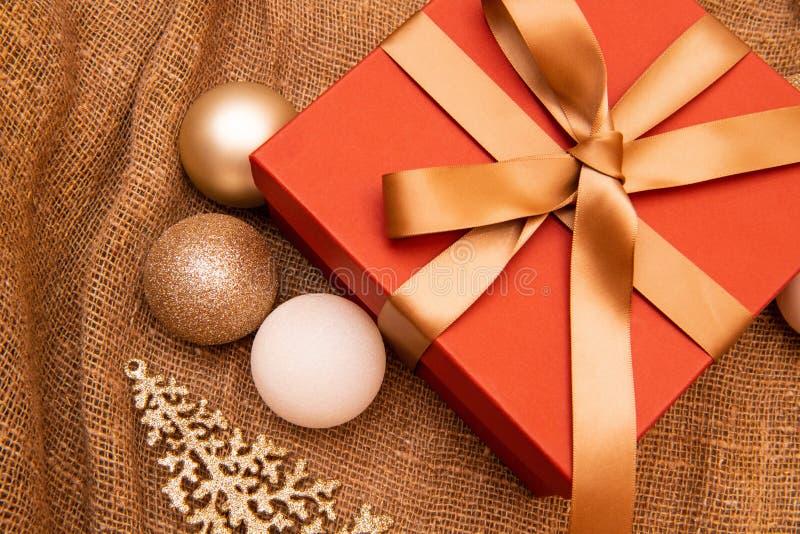 O fundo do Natal, celebração, partido da véspera do ` s do ano novo, venda, apresenta o conceito Caixa de presente bonita com dec foto de stock royalty free