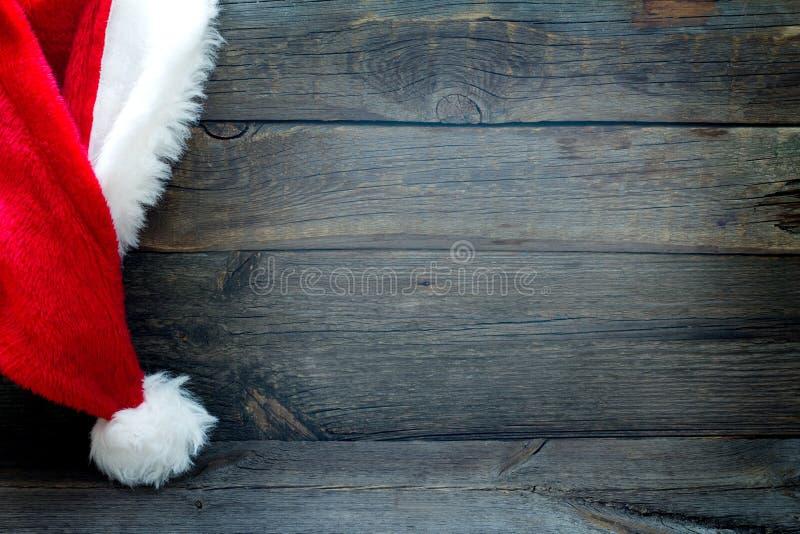 O fundo do Natal com o chapéu de Santa Claus no vintage embarca imagens de stock