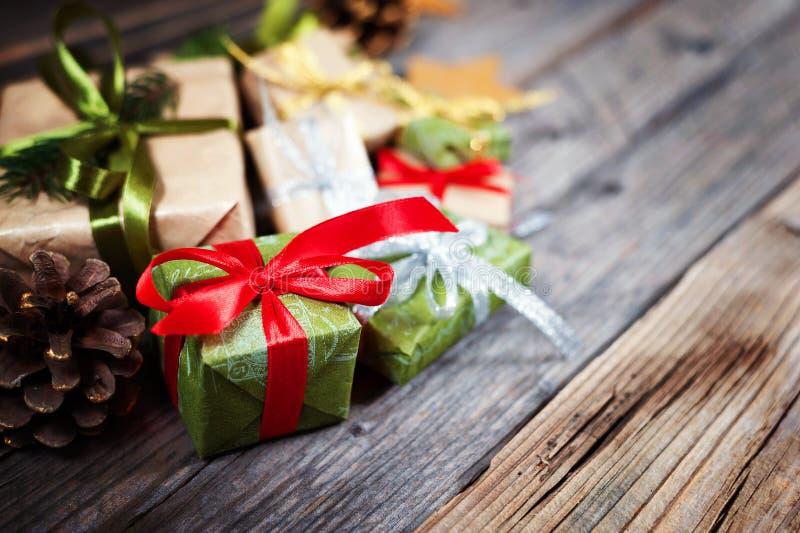 O fundo do Natal com o presente no fundo de madeira com abeto ramifica Composição do Xmas e do ano novo feliz imagens de stock