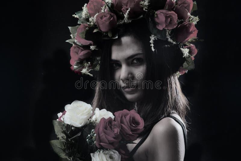 O fundo do projeto da arte abstrato da senhora da beleza no vestido preto com coroa cor-de-rosa e o ramalhete cor-de-rosa, levant fotografia de stock royalty free