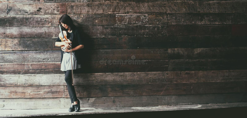 O fundo do projeto da arte abstrato da senhora e do violino, é violino da posse e curva em seus braços e cara da volta para baixo foto de stock royalty free