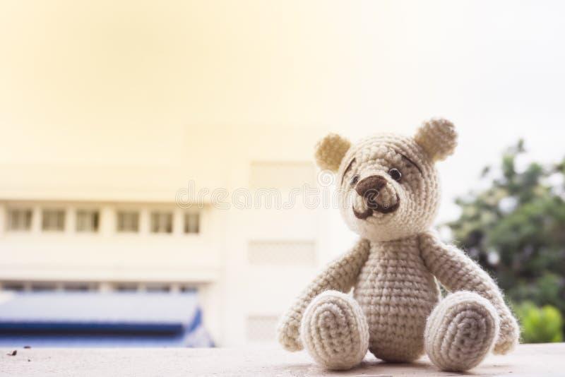 o fundo do urso da boneca do amigurumi/faz crochê o urso de peluche fotos de stock