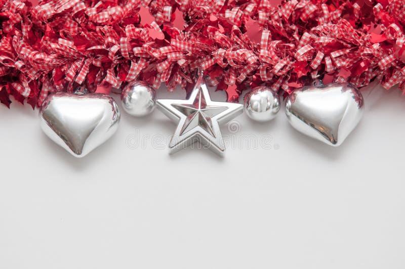 O fundo festivo com coração deu forma a decorações e à cópia branca fotografia de stock royalty free