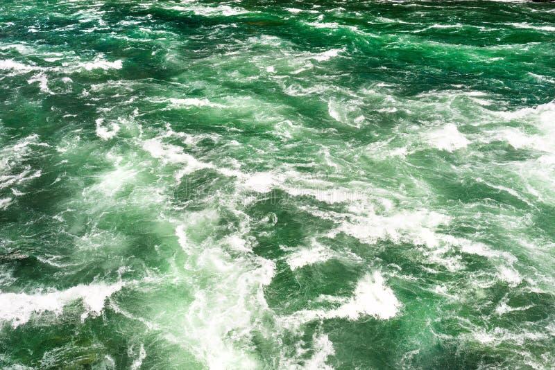 O fundo fez de uma pressa, de um rio espumoso em uma turquesa bonita e de uma cor verde foto de stock royalty free