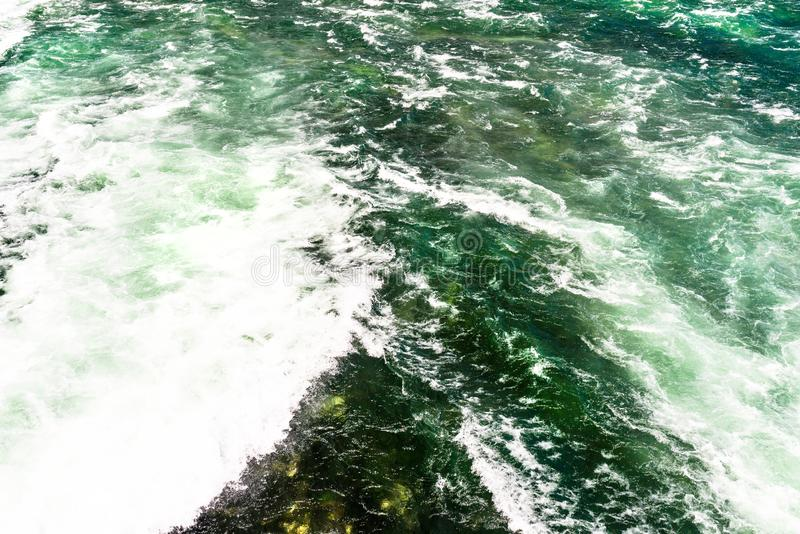 O fundo fez de uma pressa, de um rio espumoso em uma turquesa bonita e de uma cor verde fotografia de stock royalty free