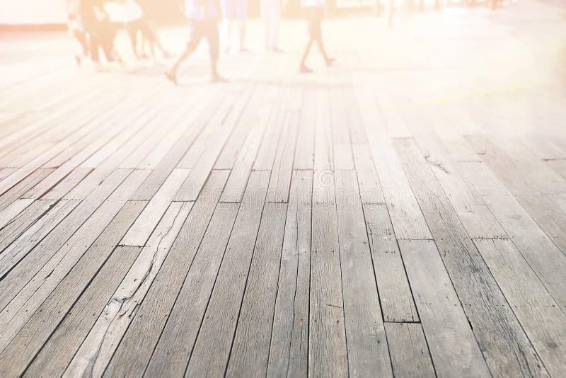 O fundo fora, passagem leve da manhã surge o claro de madeira e borra os pés foto de stock royalty free