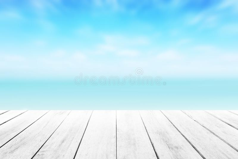 O fundo fresco do mar do borrão com primeiro plano de madeira do assoalho no Sandy Beach tropical do horizonte; fotografia de stock
