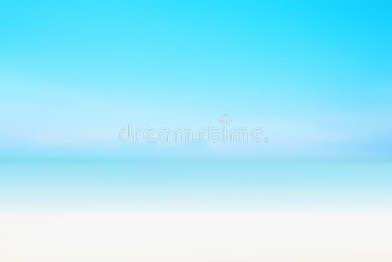 O fundo fresco do mar do borrão no Sandy Beach tropical do horizonte; relaxando fora férias com opinião celestial da mente em uma fotos de stock