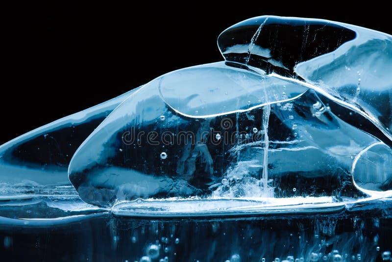 O fundo gelado artístico com as gemas de cristal transparentes objeta Formas congeladas do sumário da água, foco macio da vista m imagem de stock royalty free