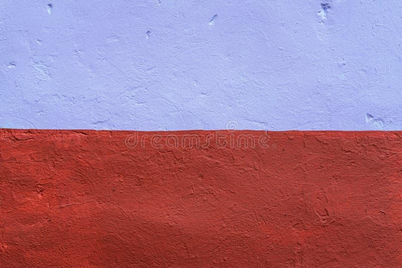 O fundo homogêneo da parede é tingido com uma pintura marrom e roxa Na cidade no ar fresco E foto de stock royalty free