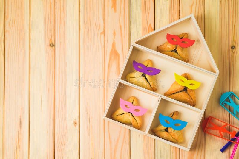 O fundo judaico de Purim do feriado com engraçado bonito hamantaschen cookies fotografia de stock royalty free