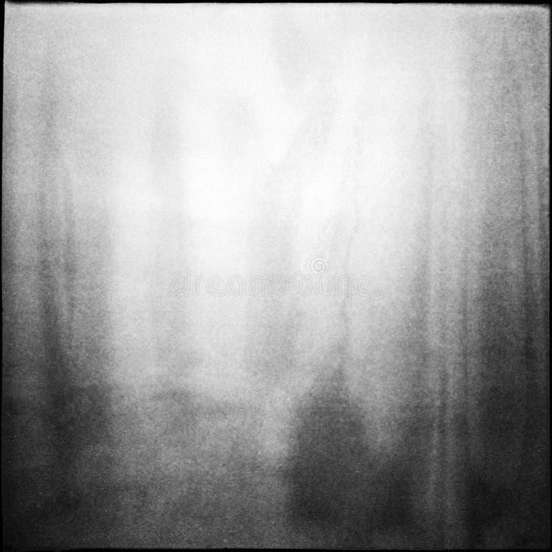 O fundo médio preto e branco do filme do formato com grão e a luz escapam fotografia de stock royalty free
