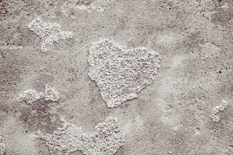 O fundo original do emplastro natural do cimento textured paredes com quebras e teste padrão coração-dado forma Preto-branco imagens de stock