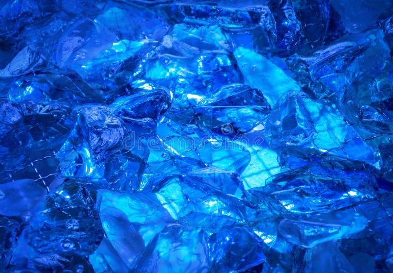O fundo Ultramarine do brilhante-cristal apedreja o gl misterioso iluminado imagem de stock royalty free