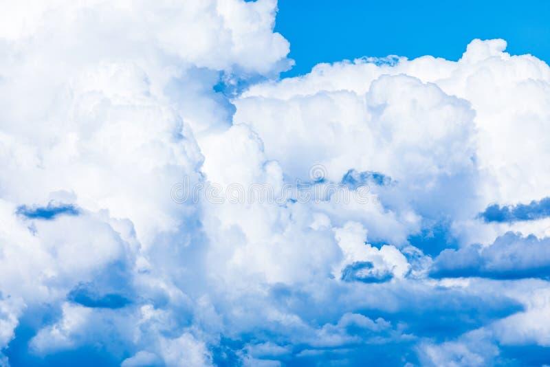 O fundo vívido do céu ou do céu com as nuvens brancas sob os raios do sol fotografia de stock royalty free