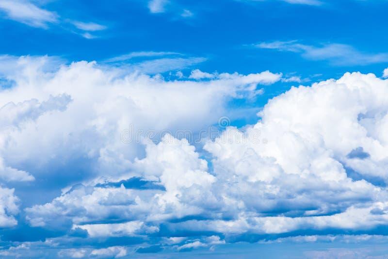 O fundo vívido do céu ou do céu com as nuvens brancas sob os raios do sol imagens de stock royalty free