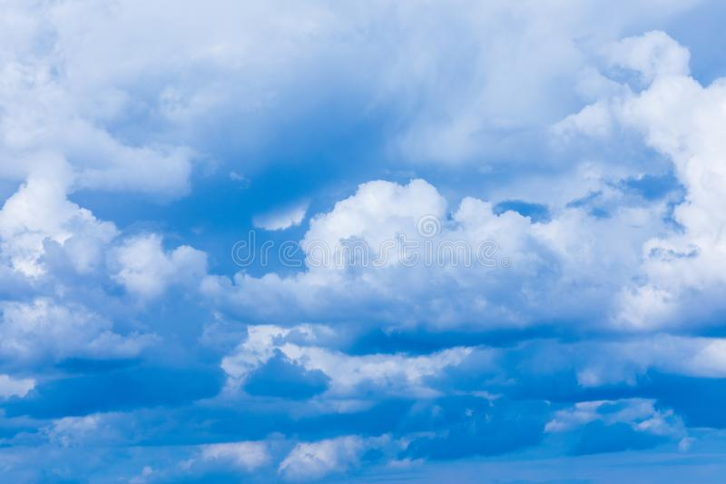 O fundo vívido do céu ou do céu com as nuvens brancas sob os raios do sol foto de stock royalty free