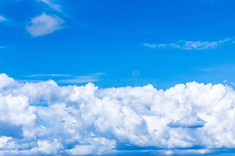 O fundo vívido do céu ou do céu com as nuvens brancas sob os raios do sol foto de stock