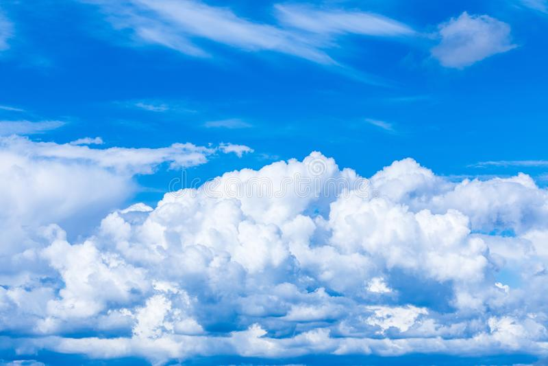 O fundo vívido do céu ou do céu com as nuvens brancas sob os raios do sol fotografia de stock