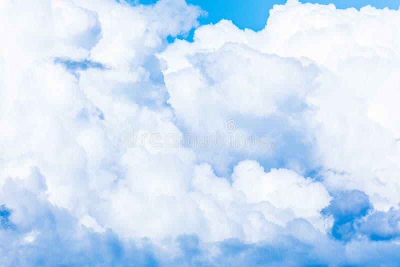 O fundo vívido do céu ou do céu com as nuvens brancas sob os raios do sol imagens de stock
