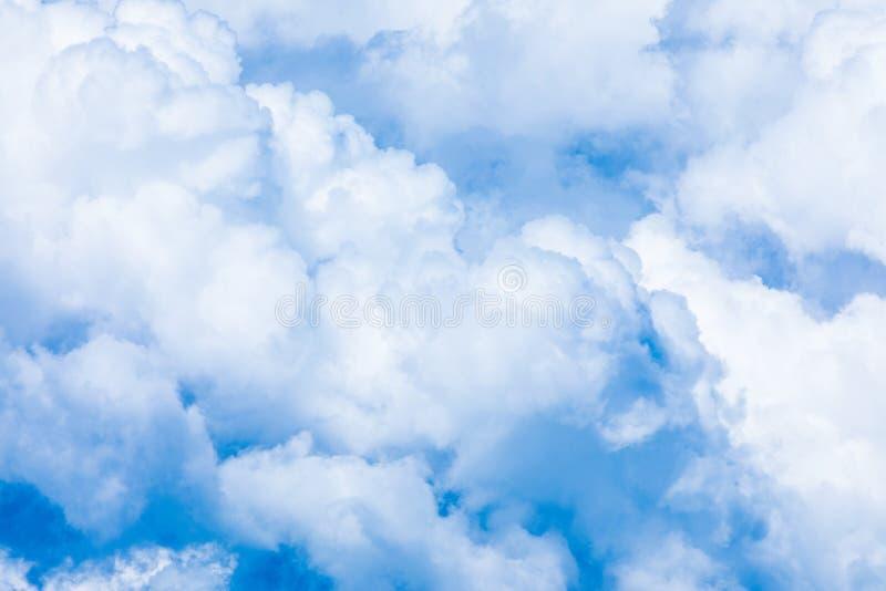 O fundo vívido do céu ou do céu com as nuvens brancas sob os raios do sol fotos de stock royalty free