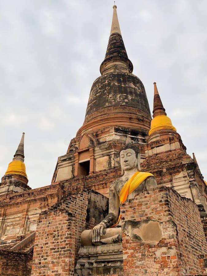 O fundo velho do pagode e do céu fotografia de stock royalty free