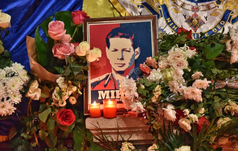 O funeral do rei Mihai, milhares de Romanian vem gritar rei Michael mim imagens de stock royalty free