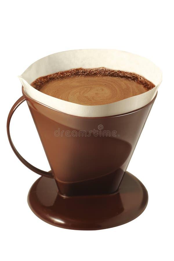 O funil de filtro marrom liso portátil com papel de filtro encheu-se com o café - fundo branco feijões recentemente moídos do pó  fotografia de stock