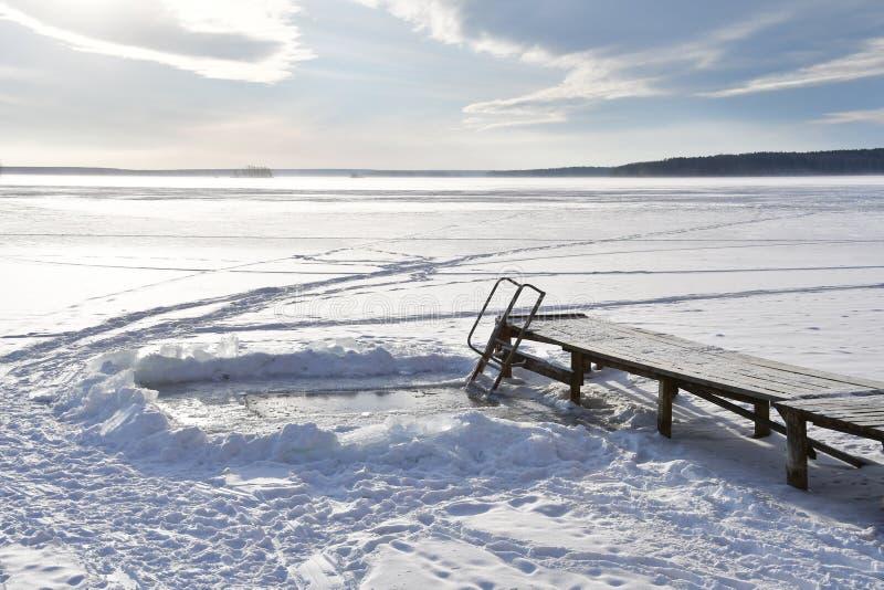 O furo e as pontes no lago Uvildy no inverno Região de Chelyabinsk, Ural do sul, Rússia fotos de stock royalty free