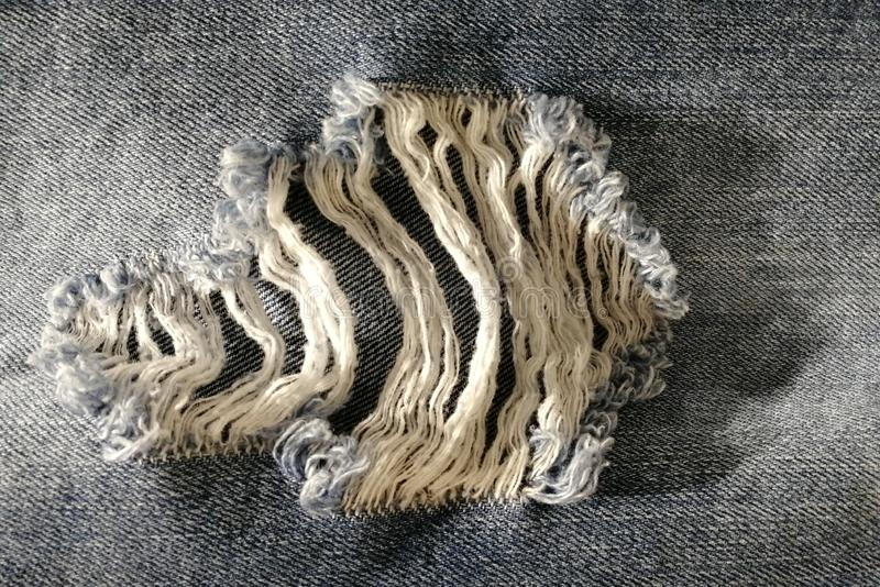 O furo fez especialmente pelo fabricante na roupa da sarja de Nimes imagem de stock royalty free