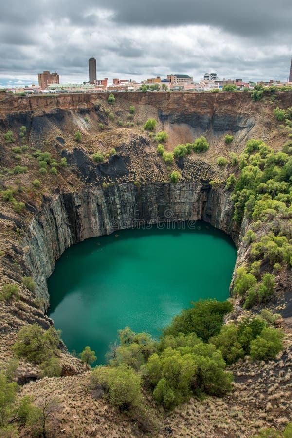 O furo grande em Kimberley, um resultado do setor mineiro, com a skyline da cidade na borda imagem de stock royalty free