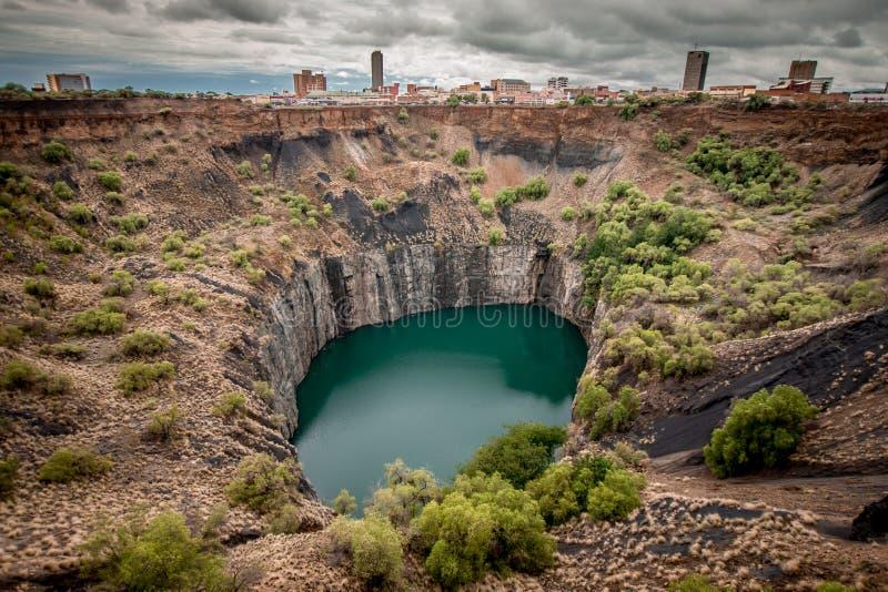 O furo grande em Kimberley, um resultado do setor mineiro, com a skyline da cidade na borda fotografia de stock royalty free
